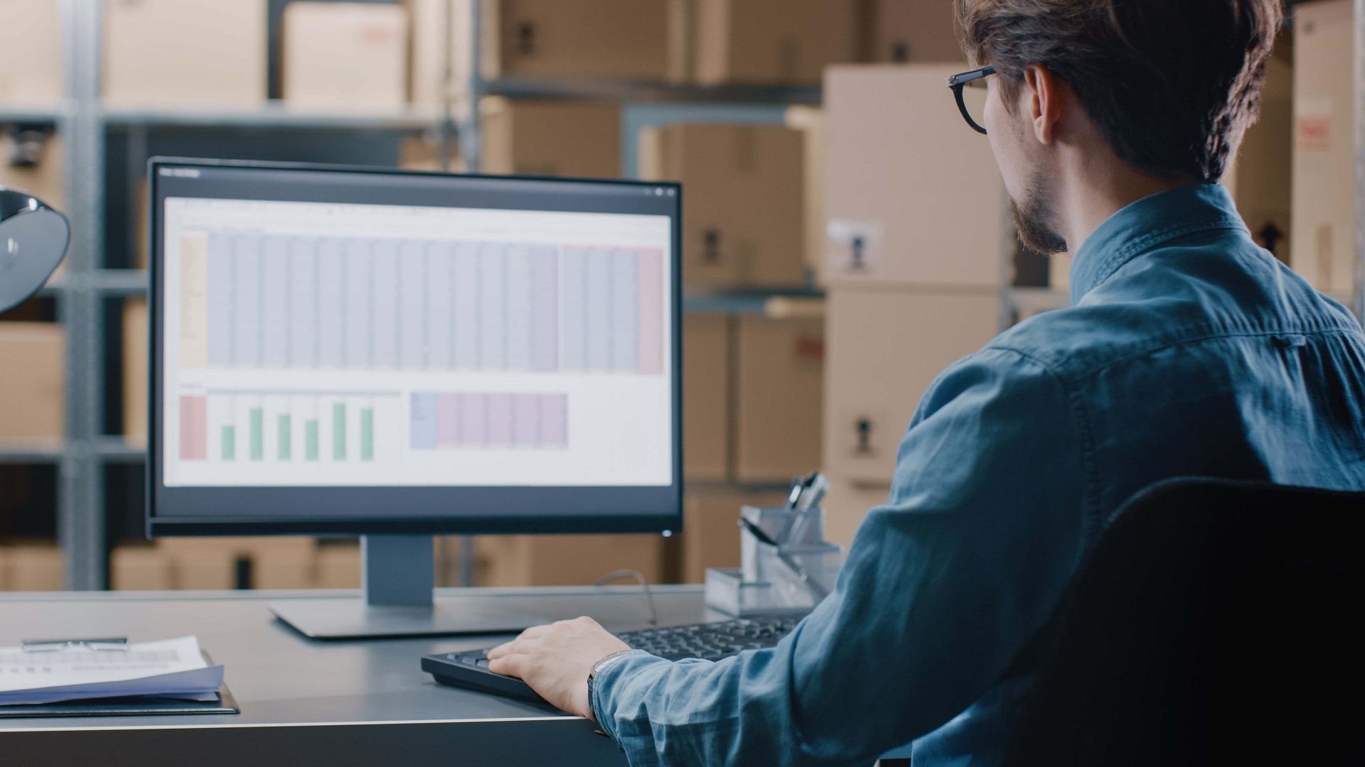 Mann arbeitet am Bildschirm