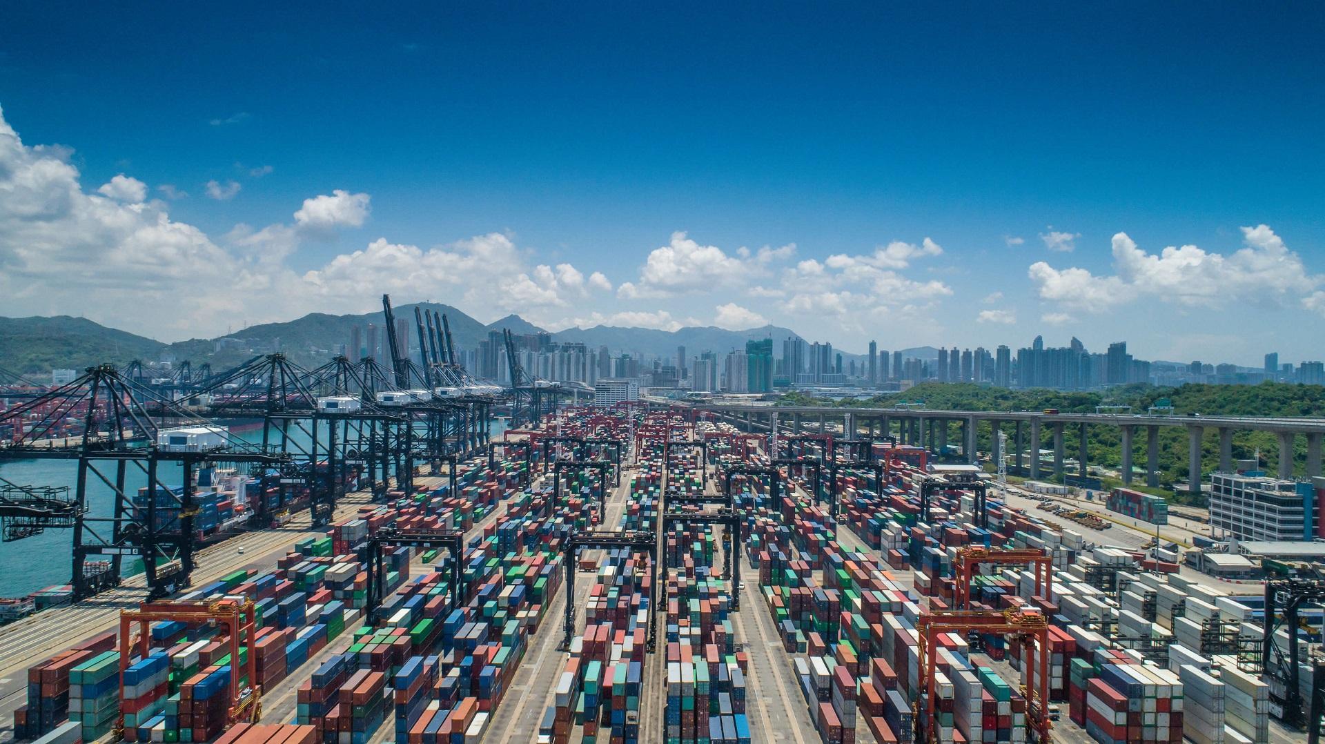 Frachthafen mit Containern in China